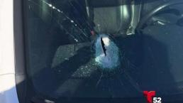 Roca  atravesó el parabrisas y deja a una mujer herida