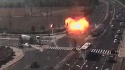 Dramático video: misil impacta una transitada carretera