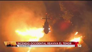 Bomberos batalla incendio en Eagle Rock