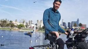 Salvadoreño recorre el mundo en bicicleta