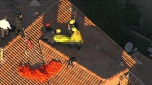 Momento en que remueven el cuerpo sin vida del paracaidista