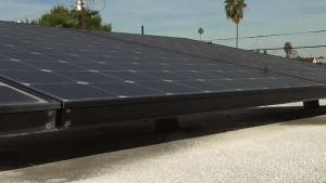 Pagó por paneles solares para ahorrar, pero su cuenta se quintuplicó