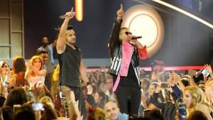 """Luis Fonsi y Daddy Yankee encienden Premios Billboard con """"Despacito"""""""