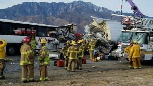 Choque de autobús contra camión deja al menos 13 muertos