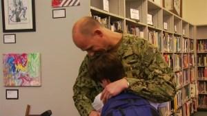 Soldado sorprende a sus hijos en la escuela