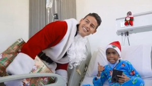 """Santa"" James sorprende a niños en hospital"