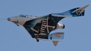 Virgin Galactic lleva pasajero en primera prueba espacial