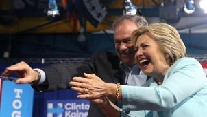 Tim Kaine habla español al lado de Hillary Clinton