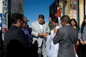 Abren la frontera y celebran boda de tres minutos
