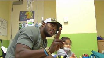 Atletas visitan centro médico  infantil
