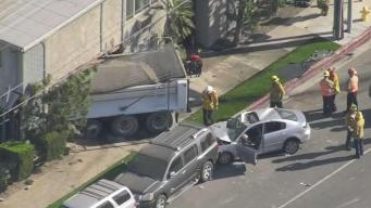 Camión choca contra edificio de apartamentos en Pacoima