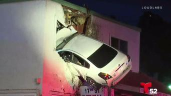Carro voló y se estrelló contra un edificio