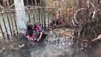 Desgarrador: niños lloran y gritan desesperadamente cruzando la frontera