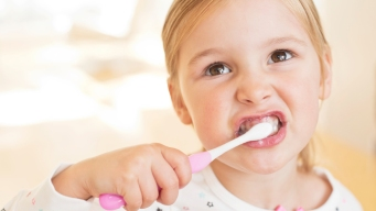 Muchos niños están usando demasiado pasta de dientes