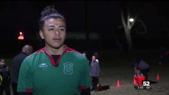 Joven utiliza el fútbol para salir de las calles