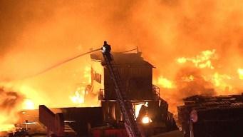 Incendio de tarimas de madera en el sur de Los Ángeles