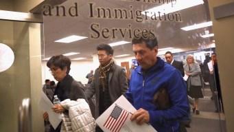 Demanda por retrasos en solicitudes de inmigración