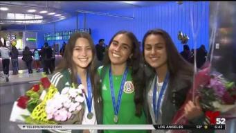 Tres jóvenes mexicanas son recibidas como heroínas