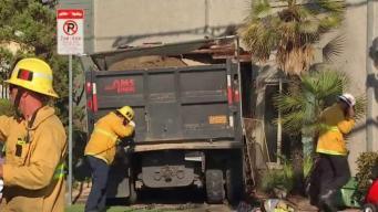 Un camión de basura causa destrozos en edificio