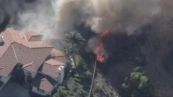 Cuadrillas de bomberos luchan para salvar vivienda en West Hills