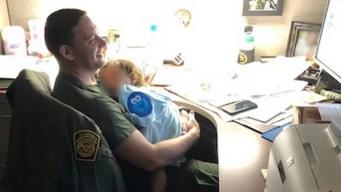 Agentes fronterizos se turnan para cuidar bebé migrante