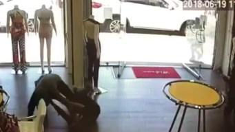 Video capta momento cuando ladrón le roba la cartera a una mujer