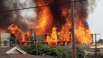 Voraz incendio arrasa con estructura en Santa Clara