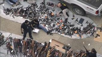 Descubren arsenal de armas en casa de Holmby Hills
