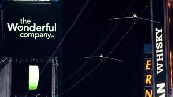 Nervios de acero: cruzan Times Square sobre cuerda floja