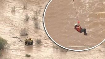 """Video: rescatan a pareja de un arroyo """"enfurecido"""""""