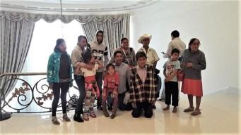 Imagen icónica: visitantes contrastan con el lujo de Los Pinos