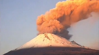 Volcán Popocatépetl intensifica erupción de ceniza