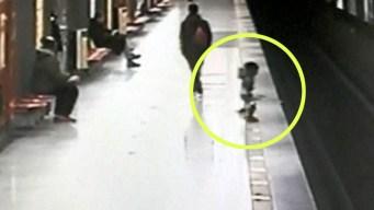 Dramático rescate en video: niño cae a las vías del tren