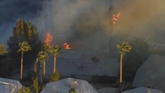 Incendio amenaza estructuras en San Bernardino
