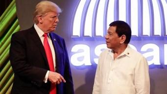 Presidente de Filipinas canta balada romántica a Trump