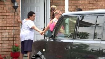 Vecinos forman cadena humana para evitar arresto de ICE