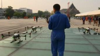 Usan drones y lluvia artificial para combatir nube tóxica