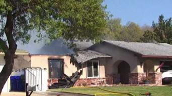 Avión se estrella contra casa en Upland