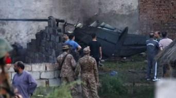 Avión militar cae sobre casas y deja decena de muertos