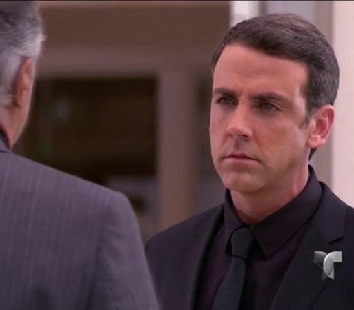 Vicente saca a Humberto de la iglesia para informarle que la ...
