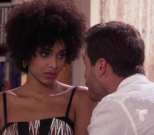 Mara va a ver a Arturo y le pide que la proteja de Carlos, que siente ...