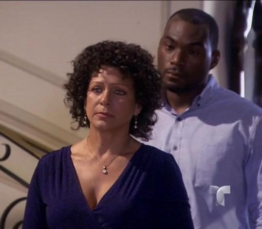 Elisa lleva a Colin a casa de Hortensia para que hablen. Ella le da ...