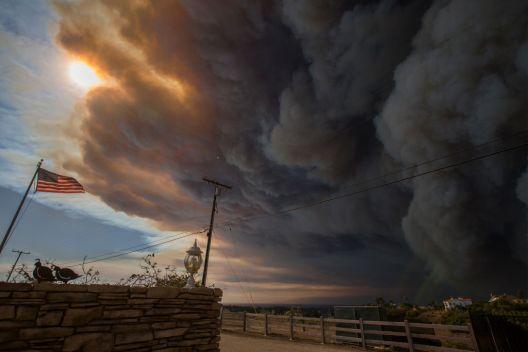 Incendios: Evacuaciones y cierre de carreteras