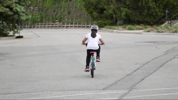Informan sobre cuál es el mejor casco para niños