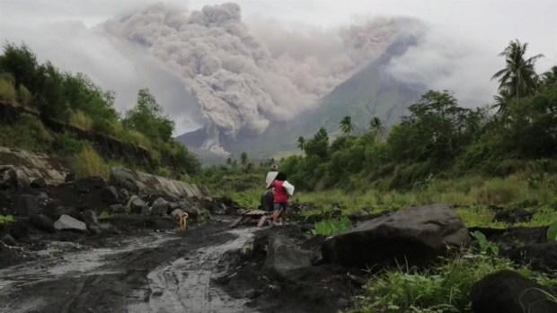 [TLMD - MIA] Volcán filipino Mayon vierte lava y amenaza con una erupción peligrosa
