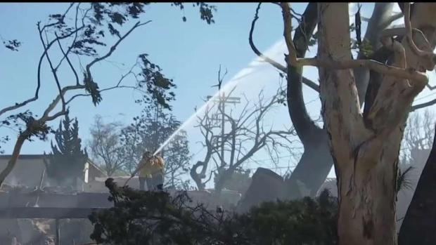Bomberos luchan contra los vientos de Santa Ana