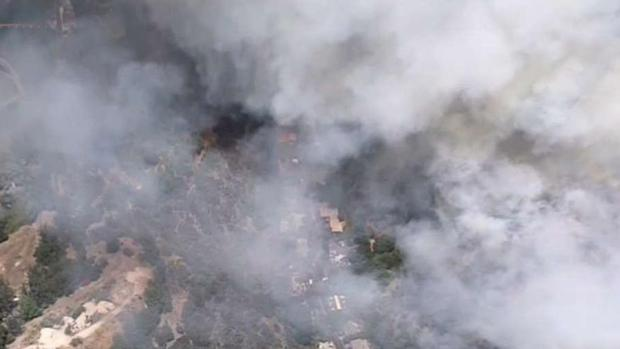 [TLMD - LA] Cientos de bomberos combate incendio en Beverly Crest