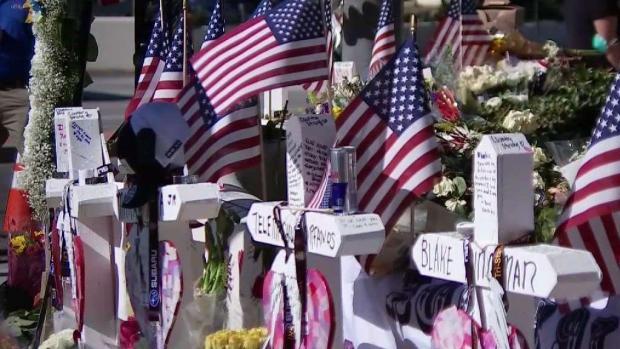 Colocan cruces blancas para recordar a víctimas de tiroteo