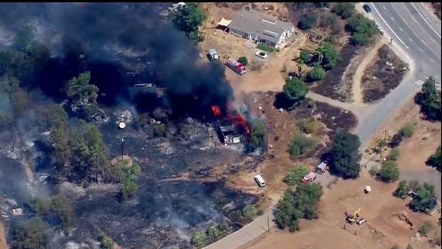 [fotos] Incendio de maleza en Dulzura consume una casa