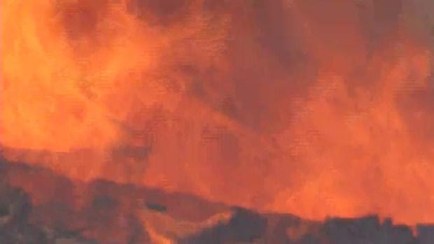 [TLMD - LA] El intenso fuego Thomas consume maleza y varias estructuras